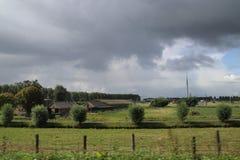 Duże cumulus chmury nad pola Zuidplaspolder w holandiach i łąki zdjęcia royalty free