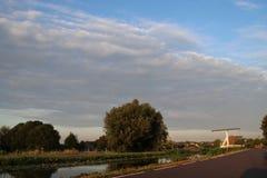 Duże cumulus chmury nad pola Zuidplaspolder w holandiach i łąki fotografia stock