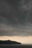 Duże czarne burz chmury nad ziemią i morzem obraz stock