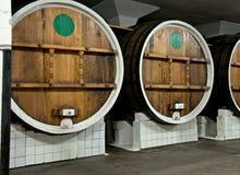 Duże drewniane baryłki wino w lochu Obraz Stock