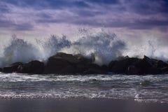 Duże fala łama przeciw skałom Fala łama nad ro Zdjęcia Stock