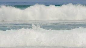 Duże fala rozbijają zielonego morze zbiory wideo