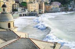 Duże fala uderzają plażę Camogli, Włochy Obrazy Stock