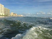 Duże fala z Piankowym kołysaniem się na Daytona plaży przy Daytona plaży brzeg, Floryda Obrazy Stock