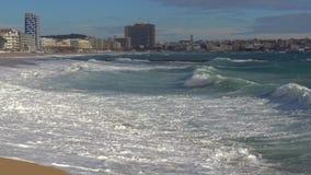 Duże fale na plaży, hiszpańszczyzny Costa Brava blisko grodzkiego Palamos zbiory