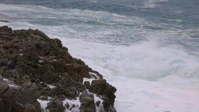 Duże fale w hiszpański nabrzeżnym przy wiosną w Costa Brava zdjęcie wideo