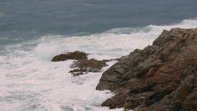 Duże fale w hiszpański nabrzeżnym przy wiosną w Costa Brava zbiory