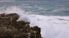Duże fale w hiszpański nabrzeżnym przy wiosną w Costa Brava zbiory wideo