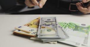 Duże ilości pieniądze jest na stole zbiory wideo