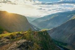 duże krajobrazowe halne góry Wysokie skały w malowniczym wąwozie, piękny widok halny okręg wieczór nieb nieba tekstura Zdjęcia Royalty Free