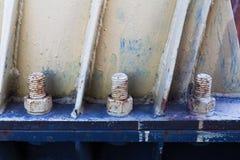 Duże ośniedziałe metal dokrętki blokowali z rdzy i korodowania ryglami Zdjęcia Stock