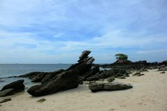 Duże skały na plaży w morzu fotografia royalty free