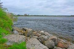 Duże skały na wybrzeżu Ladoga jezioro w Fortecznym Oreshek blisko Shlisselburg, Rosja Zdjęcie Royalty Free