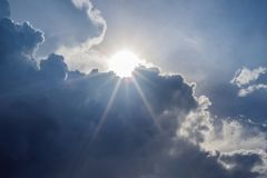 Dużego bielu obłoczny i lekki promień za chmurą z niebieskim niebem zdjęcia royalty free