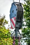 Dużego budowy schronienia haczyka dźwigowy pulley i stalowych arkan druty zdjęcie royalty free
