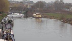 Dużego koloru żółtego przesmyka łódkowaty chodzenie wzdłuż rzeki Więcej łodzie w plecy ziemi zdjęcie wideo