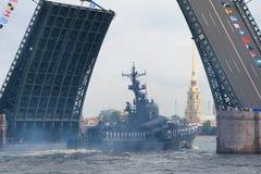 Dużego pociska ` Chuvashia łódkowatego ` ` R-2 poprzedni ` przechodzi patroszonego pałac most Zdjęcie Royalty Free