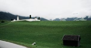 Dużego zieleni pola podróżna para chodzi w dół drewniany dom zdjęcie wideo