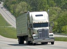 Dużej biel ciężarówki Wspinaczkowy wzgórze Na Międzystanowym zdjęcia stock