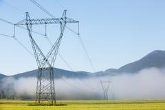 Dużej elektryczności woltażu wysoki pilon z liniami energetycznymi Obrazy Stock