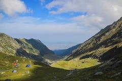 Dużej wysokości góry krajobraz, niebieskie niebo i biel chmury, Obrazy Royalty Free