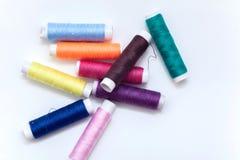 Dużo barwią nić, sznurek, sznur, motek, pasemko na bielu Zdjęcie Stock