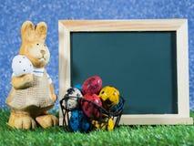 Dużo kolorowi Wielkanocni jajka umieszczający przed blackboard z Wielkanocnym królikiem Blackboard z kolorowym Wielkanocni jajka  Obraz Royalty Free