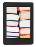 Dużo książki na ekranie ebook czytelnik Obrazy Stock