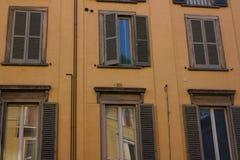 dużo okien fasada średniowieczna Nadokienne żaluzje Architektoniczny styl Włochy Obraz Stock