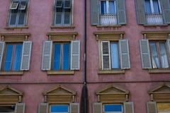 dużo okien fasada średniowieczna Nadokienne żaluzje Architektoniczny styl Włochy Zdjęcia Stock