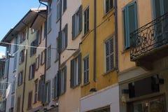 dużo okien fasada średniowieczna Nadokienne żaluzje Architektoniczny styl Włochy Zdjęcie Stock