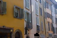 dużo okien fasada średniowieczna Nadokienne żaluzje Włochy architektoniczny styl Zdjęcie Royalty Free