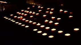 Dużo pali świeczki w kościół, chrześcijaństwo zdjęcie wideo
