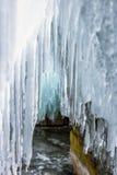 Dużo tęsk przejrzyści sople w lodowej jamie, Jeziorny Baikal Obraz Royalty Free