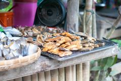 Dużo typ susząca ryba na stole przy świeżym rynkiem obrazy stock
