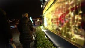Dużo zaludniają cieszyć się wieczór spacer, mieć gościa restauracji przy iluminującą kawiarnią, boże narodzenia zbiory