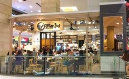 Dużo zaludniają jeść niektóre deser i piekarnię przy Po tym jak Wy Deserowa kawiarnia Fotografia Stock