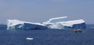 duży łódkowaty połowu góra lodowa omijanie Obrazy Stock