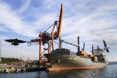 Duży ładunku statek wymieniający jako Louisa Schulte przy portem Haydarpasa przy Istanbuł Obrazy Royalty Free