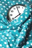 Duży ścienny zegar w błękitnym łóżku obrazy stock