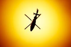 Duży śmigłowcowy latanie na zmierzchu tle Zdjęcia Royalty Free