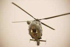 Duży śmigłowcowy latanie na zmierzchu tle Fotografia Royalty Free