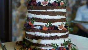 Duży świąteczny wysoki czekoladowy tort z naturalnymi jagodami, w górę, urodziny zbiory wideo
