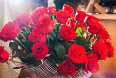 Duży świeży bukiet czerwone róże fotografia stock