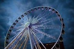 Duży świecący ferris koło przed zmrokiem - błękitny dramatyczny niebo zdjęcia royalty free