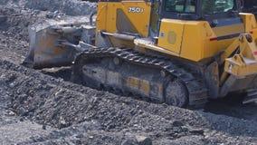 Duży żółty buldożer pracuje blisko fabryki w górę zbiory wideo