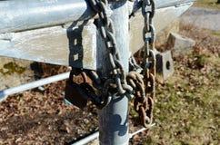 Duży żelazo łańcuch blokujący przy metal strukturą obraz stock