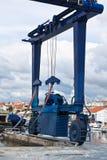 Duży żuraw dla statku utrzymania w marina Fotografia Royalty Free