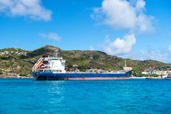 Duży błękitny ładunku statek w Francuskiej wyspy zatoce, świętego Barthï ¿ ½ lemy Zdjęcia Royalty Free
