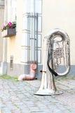 Duży błyszczący bazy trąbki stać odwrócony na starej grodzkiej ulicie zdjęcie royalty free